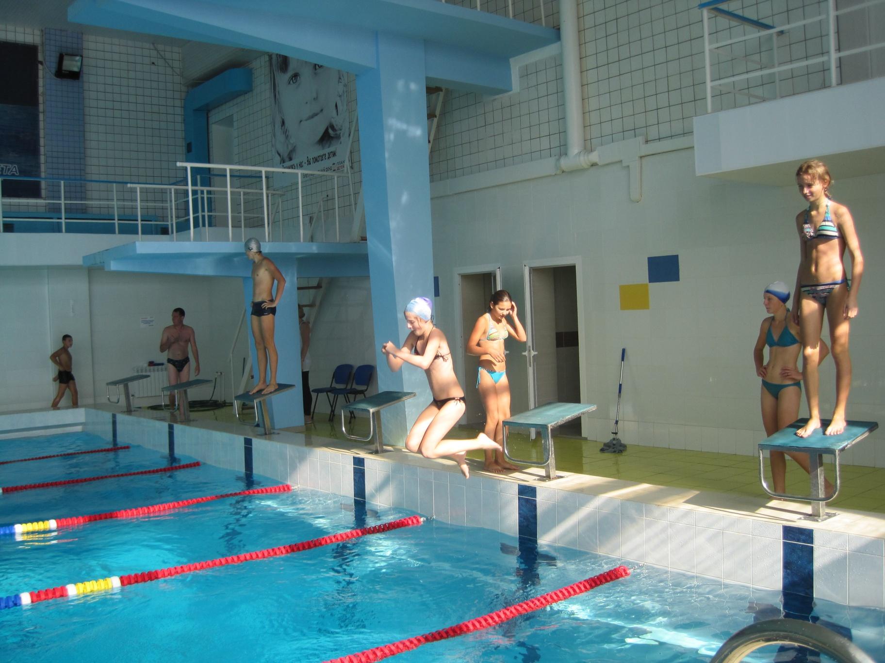 Урок плавання в басейні Дельфін