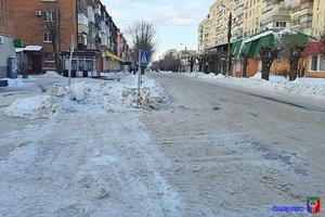Комунальники проводжають зиму прочисткою доріг від снігу та посипкою вулиць протиожеледною сумішшю